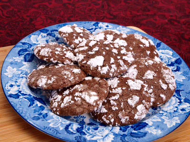Crinkle cookies on a blue plate
